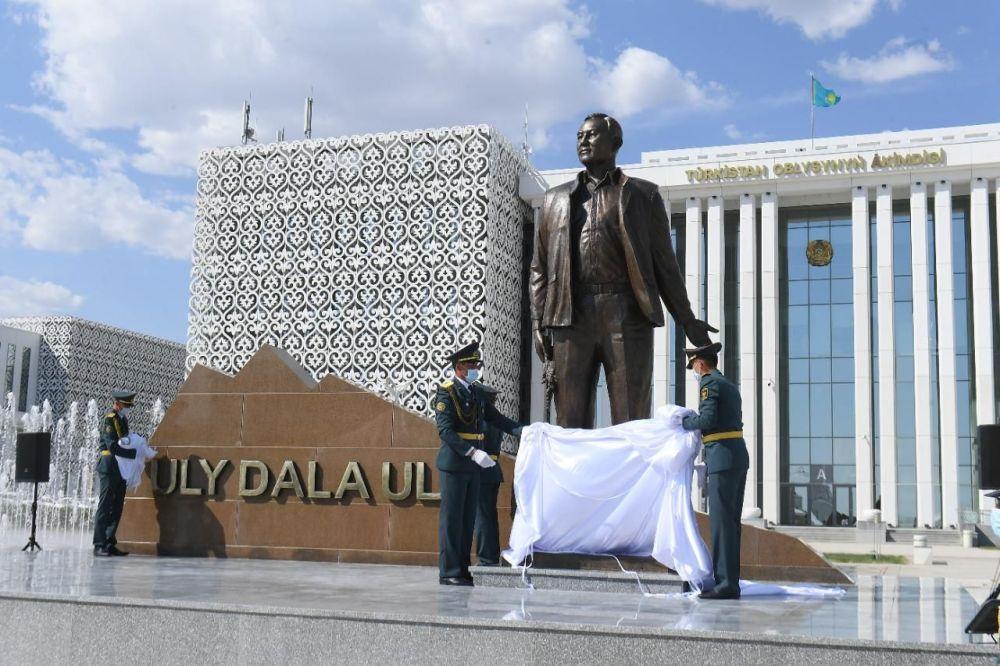 Жұрт көп сынаған Назарбаевтың кезекті ескерткіші. Түркістан облысы. Фото: Әкімдіктің баспасөз қызметі